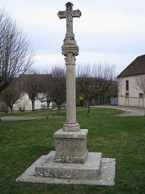 Croix de Saint Georges (emplacement de l'ancienne église) à Champvallon