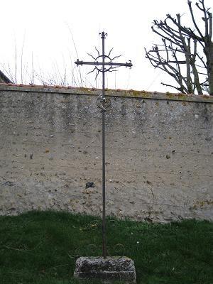 Croix de Saint Pierre devant l'église de Champvallon