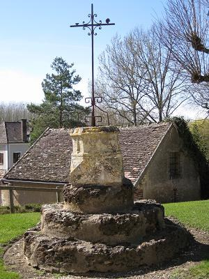 Croix devant l'église de Guerchy