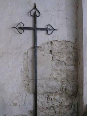 """Croix funéraire """"Abbé Niel"""", Curé de Fleury, église de Fleury"""