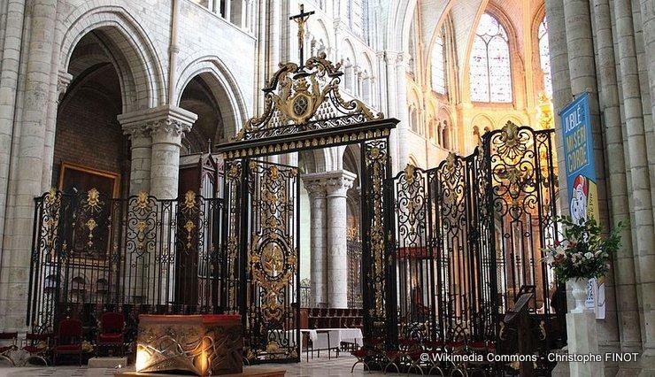 sens_-_cathedrale_-_grilles_du_coeur