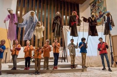 Spectacle de marionettes géantes par les enfants