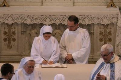 Sœur Colombe signe les registres de sa communauté.